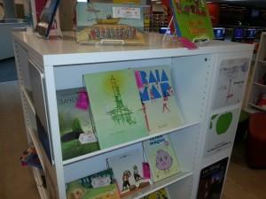 Livres exposés à la bibliothèque centrale de Halifax dans le cadre de l'exposition Livres sans paroles d'IBBY. Photo de Jane Baskwill.
