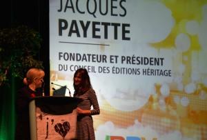 La présidente d'IBBY Canada Shannon Babcock (à gauche) présente le prix Claude Aubry 2014 lors du Prix TD à Montréal. C'est Agnès Huguet (à droite), directrice éditoriale de Dominique et compagnie, qui accepte le prix au nom de Jacques Payette.
